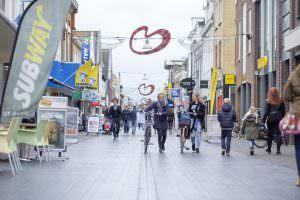Foto winkelen Heerenveen centrum Dracht mensen 2