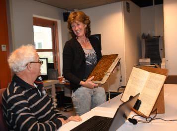 Medewerker en bezoeker oud archief