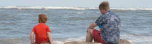 Vader en zoon aan strand