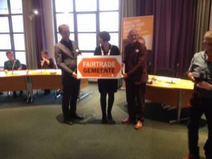 Heerenveen-is-fairtrade-organisatie wethouder Coby van der Laan en gemeentesecretaris Jeroen van Leeuwestijn