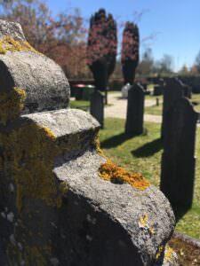 Afbeelding van een verweerde grafsteen